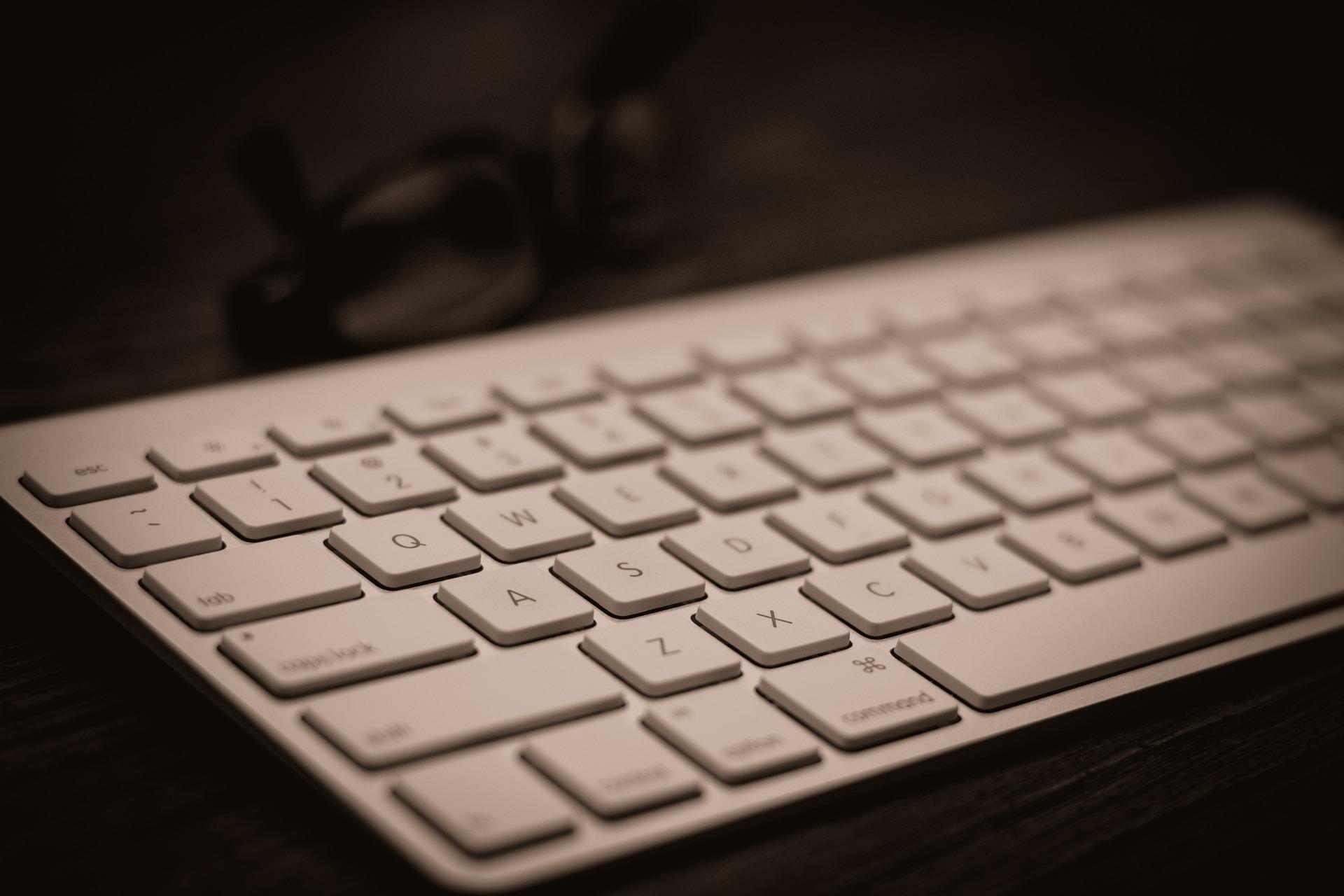 Pulizia tastiera del computer e del telefono autoproduciamo - Tastiera del letto ...