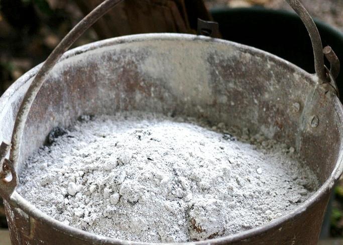come fare la lisciva di cenere- secchio